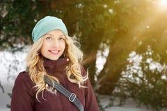 Blonde Frau, die sonniger Tageswinter genießt Lizenzfreie Stockfotografie