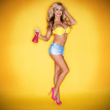 Blonde Frau, die Spray-Flasche anhält Lizenzfreie Stockfotografie