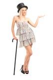 Blonde Frau, die Stock und das Gestikulieren anhält Stockfotografie