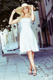 Blonde Frau, die Sun-Hut trägt Stockfotografie