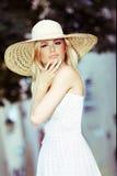 Blonde Frau, die Sun-Hut trägt Stockfotos