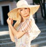 Blonde Frau, die Sun-Hut trägt Lizenzfreie Stockfotos