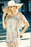 Blonde Frau, die Sun-Hut trägt Lizenzfreie Stockfotografie