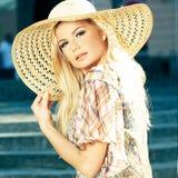Blonde Frau, die Sun-Hut trägt Lizenzfreies Stockbild