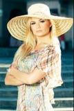Blonde Frau, die Sun-Hut trägt Lizenzfreie Stockbilder