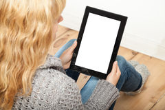 Blonde Frau, die an Tablette arbeitet Stockfotografie