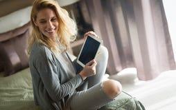 Blonde Frau, die Tablette verwendet Lizenzfreie Stockbilder