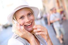 Blonde Frau, die am Telefon spricht Lizenzfreie Stockfotos