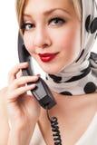 Blonde Frau, die am Telefon spricht retro Getrennt Stockbilder