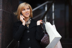Blonde Frau, die um das Telefon ersucht Lizenzfreies Stockbild