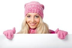 Blonde Frau, die unbelegtes Weißbuch anhält Lizenzfreie Stockbilder