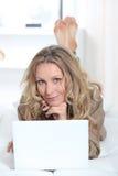 Blonde Frau, die vom Haus arbeitet Stockfoto