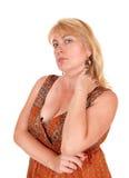 Blonde Frau, die wütend schaut Stockbild