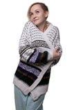 Blonde Frau, die warme Strickjacke trägt Stockfotografie