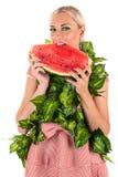 Blonde Frau, die Wassermelone isst Stockfoto