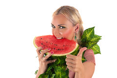 Blonde Frau, die Wassermelone isst Stockbilder