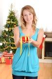 Blonde Frau, die Weihnachtsgeschenk gibt Stockfotos