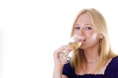 Blonde Frau, die Wein genießt Stockfotos