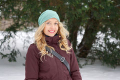 Blonde Frau, die Winter genießt Stockbild