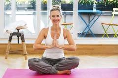 Blonde Frau, die Yoga tut Lizenzfreies Stockbild