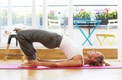 Blonde Frau, die Yoga tut Stockbild
