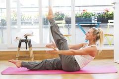 Blonde Frau, die Yoga tut Lizenzfreie Stockfotos