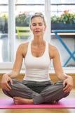 Blonde Frau, die Yoga tut Stockfoto