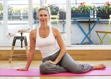 Blonde Frau, die Yoga tut Stockbilder