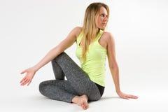 Blonde Frau, die Yoga tut und Übungen ausdehnt Lizenzfreie Stockfotos