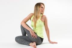 Blonde Frau, die Yoga tut und Übungen ausdehnt Stockfoto