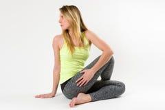 Blonde Frau, die Yoga tut und Übungen ausdehnt Lizenzfreies Stockbild