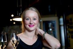 Blonde Frau, die zur Kamera in einem fantastischen Standort lächelt Stockbilder