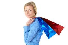 Blonde Frau, die zwei Beutel, getrennt trägt Lizenzfreies Stockbild