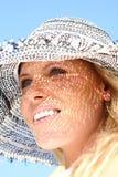 Blonde Frau draußen mit einem sunhat Stockfotografie