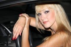 Blonde Frau in einem Auto Lizenzfreie Stockfotos
