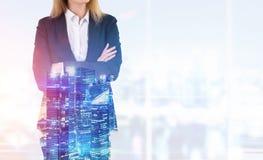 Blonde Frau in einem Büro Lizenzfreie Stockfotografie