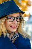 Blonde Frau in einem blauen Hut und in den Gläsern Lizenzfreie Stockfotos