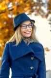 Blonde Frau in einem blauen Hut und in den Gläsern Stockfotos
