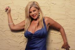 Blonde Frau in einem blauen Kleid Stockfoto