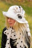 Blonde Frau in einem eleganten Hut Stockfotografie