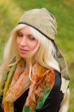 Blonde Frau in einem eleganten Hut Stockbilder