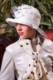 Blonde Frau in einem eleganten Hut Lizenzfreie Stockfotografie