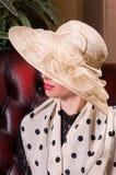 Blonde Frau in einem eleganten Hut Lizenzfreies Stockfoto