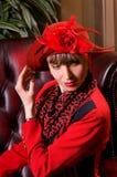 Blonde Frau in einem eleganten Hut Stockfoto