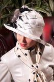Blonde Frau in einem eleganten Hut Lizenzfreie Stockbilder