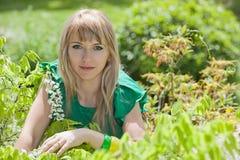 Blonde Frau in einem Garten Lizenzfreies Stockfoto