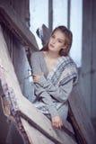 Blonde Frau in einem grauen Kleid Lizenzfreies Stockfoto