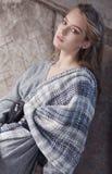 Blonde Frau in einem grauen Kleid Stockbild