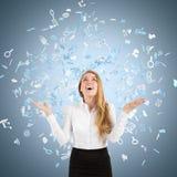 Blonde Frau in einem Internet-Ikonenregen Lizenzfreie Stockfotos