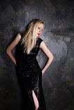 Blonde Frau in einem langen schwarzen Abendkleid Lizenzfreies Stockbild
